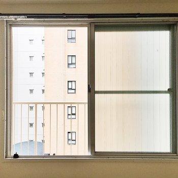 【洋室】共有部の廊下なのでカーテンを付けてくださいね。