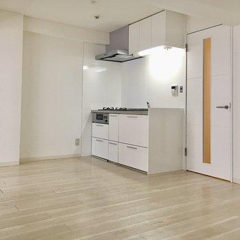 左壁に冷蔵庫や食器棚が置けそうです。