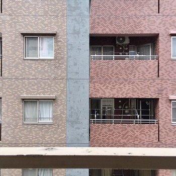 近隣マンションのベランダと向かい合わせです。