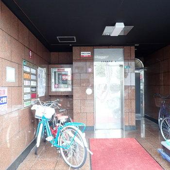 共用部】銀色のエレベーターと赤いカーペット。まさかここにお部屋があるとは思えません!