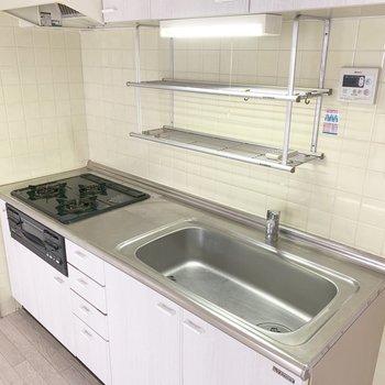 キッチンはグリル付3口コンロ。インターホンの応対もお風呂のお湯はりもここから可能。(※写真は5階の同間取り別部屋のものです)