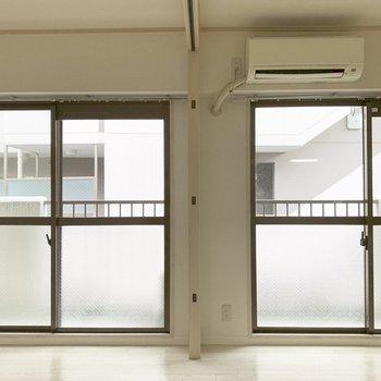 南面は掃き出し窓2つで解放感抜群。(※写真は5階の同間取り別部屋のものです)