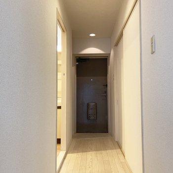 廊下。左側は水回り、正面は玄関、右側は洋室。(※写真は5階の同間取り別部屋のものです)