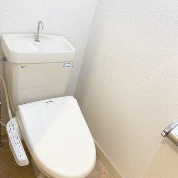 トイレはウォシュレット付。(※写真は5階の同間取り別部屋のものです)