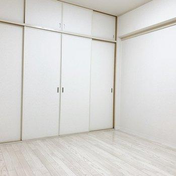 洋室は北面が一面収納。(※写真は5階の同間取り別部屋のものです)