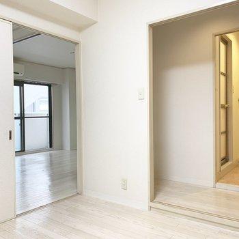 廊下とLDKと2アクセスです。(※写真は5階の同間取り別部屋のものです)