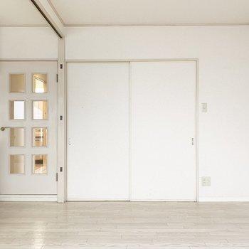 廊下へのドアと、洋室への引き戸。(※写真は5階の同間取り別部屋のものです)