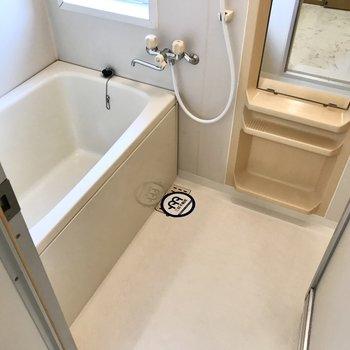 お風呂には窓もありますよ!ひねる蛇口だけど温度調節のボタンがあって楽ちん!