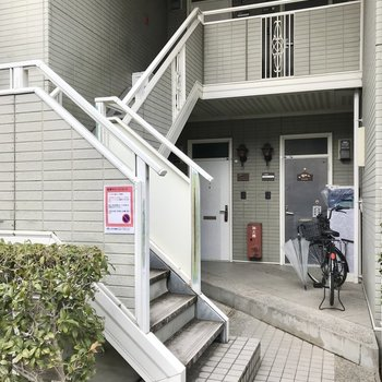 お部屋は2階。この階段をのぼりましょう!