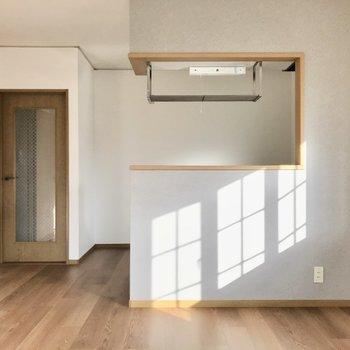 対面式キッチンは淡いグレーのクロス