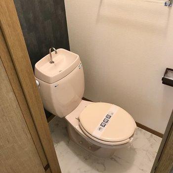 トイレはシンプル。上には棚もありますよ