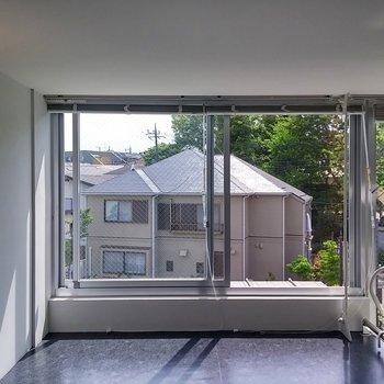 ロフトにも大きな窓※写真は前回募集時のものです