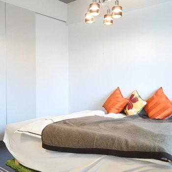 ダブルベッドも置ける広さの寝室。(※写真の家具・小物等は見本です)