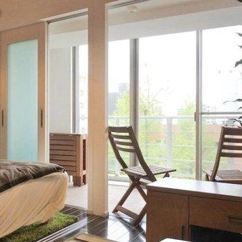 ソファからサンルーム越しに、グリーン。素晴らしい。(※写真の家具・小物等は見本です)