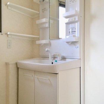 洗面もシャンプードレッサーです!横の小さな棚が嬉しい◎(※写真は8階の同間取り別部屋のものです)