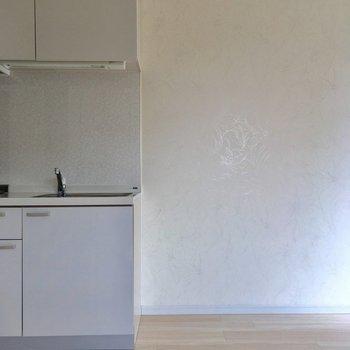 キッチン横に冷蔵庫置き場。ペットがいたずらしないようにコンセントは上にあります。(※写真は8階の同間取り別部屋のものです)