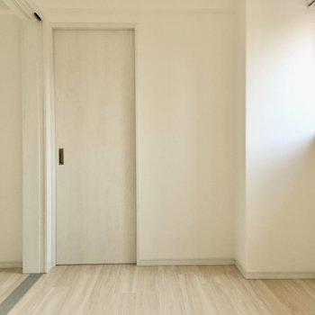 洋室奥にはなにやらドアが・・・(※写真は8階の同間取り別部屋のものです)