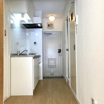 キッチンは廊下側に。横には冷蔵庫やラックが置けますよ。