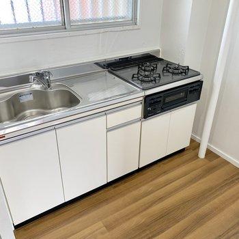 3口コンロにグリルも付いたキッチン!シンクも広めです。(※写真は6階反転間取り別部屋のものです)