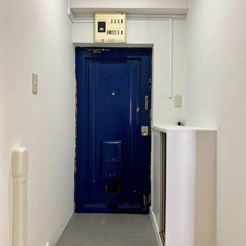 玄関のブルーがお部屋のアクセントになっています。(※写真は6階反転間取り別部屋のものです)