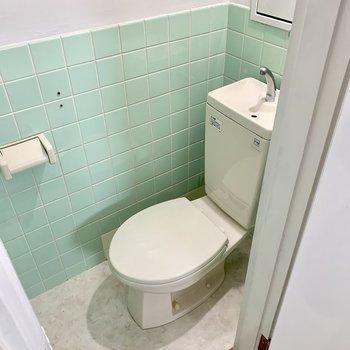 トイレはコロンと可愛いタイプ!(※写真は6階反転間取り別部屋のものです)