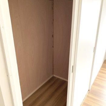 収納も大容量!ハンガーポールもあるので、お洋服は掛けて収納しましょう。(※写真は6階反転間取り別部屋のものです)