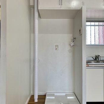 キッチン隣には洗濯機置き場があります。上の棚には洗剤などを置きましょう。(※写真は6階反転間取り別部屋のものです)