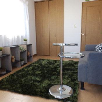【洋室】ベッドを置くならこちらのソファあたりでしょうか。※家具はサンプルです。