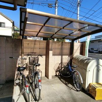 屋根付きの駐輪場やゴミステーションも敷地内にあります。