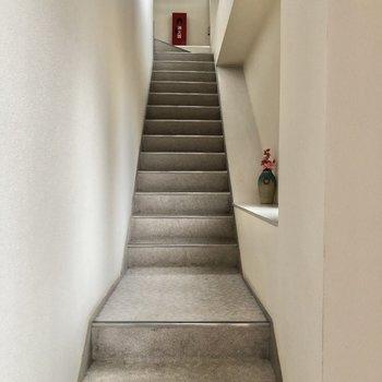 お部屋までは階段を上ります。