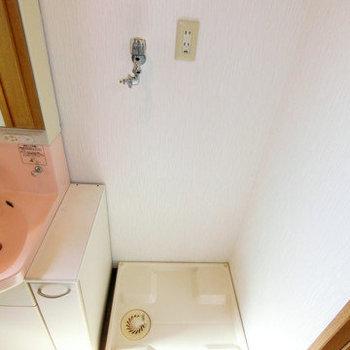 洗濯機はこちらに置けますよ。