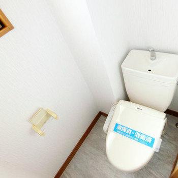 トイレには小窓付きで換気も簡単に。嬉しい温水便座付き!
