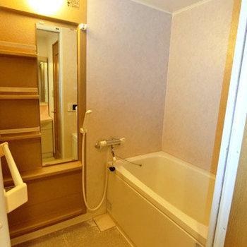 足元がスッキリする棚付きお風呂。