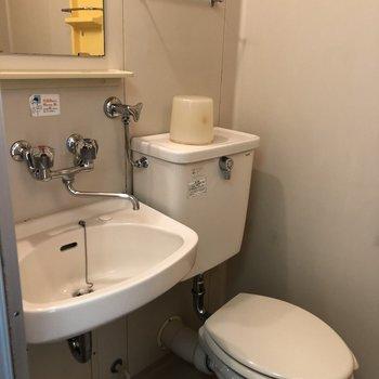 浴室とトイレは同じスペースにあります。