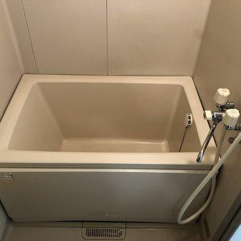 洗面台とトイレの正面に浴槽があります。