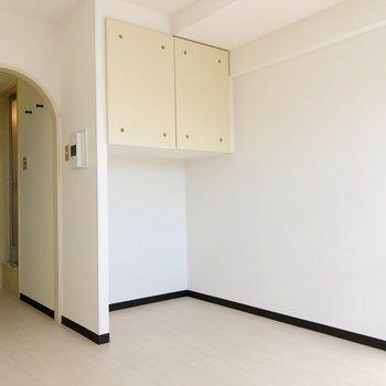 クローゼット下のスペースは突っ張り棒などを利用することでアウターなども収納できます。