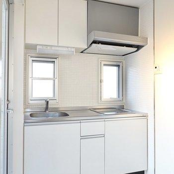 キッチンは主張の少ない白。インテリアの妨げになりません。