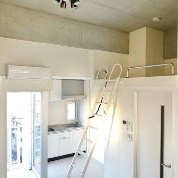 高い天井にはシーリングファンライトも付いているんです!