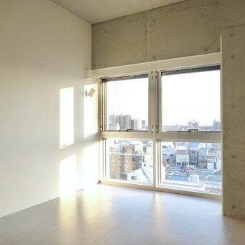 床の高さに窓があり、外を眺めると……