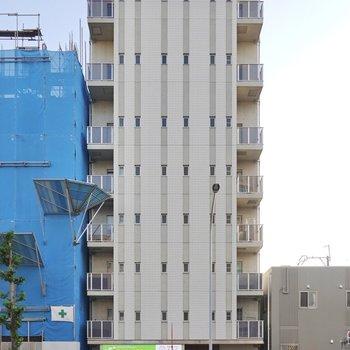 外観のデザインもスタイリッシュな大通り沿いのマンションです。