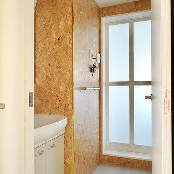 脱衣所の壁はOSB合板!一味違ったセルフケアの時間が過ごせそう。