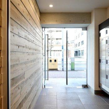 エントランスは壁一面が木目!仕事の日でも気分良く外に向かえそう。