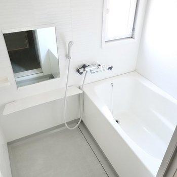 窓があり明るいお風呂。休日は昼間からバスタイム、なんてことも◎