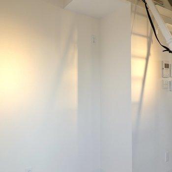 冷蔵庫置場はこちら。キッチンと色を合わせても、黒やステンレスなどカッコいい色も似合います。
