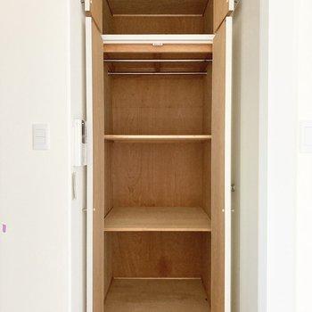 【LDK】居室側にも1つ収納があります!