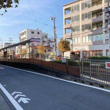 路面電車の走る街なんです。