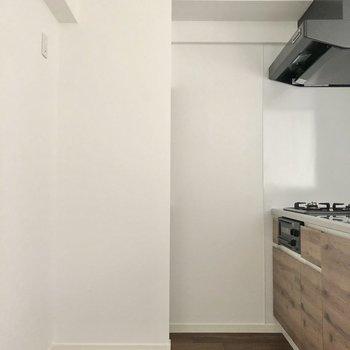 キッチンはゆったり幅のあるスペース。冷蔵庫など置けそう!