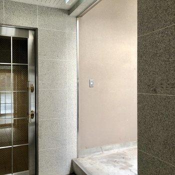 ぬけると、え・・階段で?と思いましが、もう1つ扉の奥にエレベーターありました!