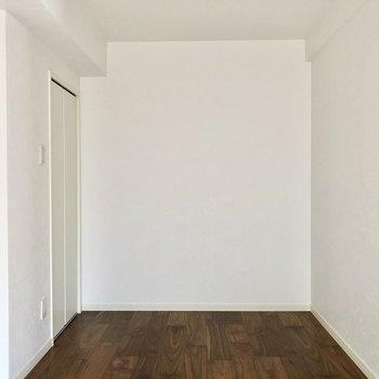 5.7帖の洋室。コンパクトですが寝るにぴったり!ベッド置ける広さです。