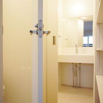 左がトイレ、奥にサニタリーとお風呂です。※写真は前回募集のものです